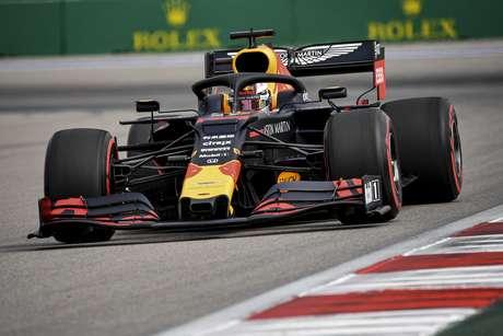 Verstappen diz que é dois décimos mais rápido que Leclerc e Hamilton
