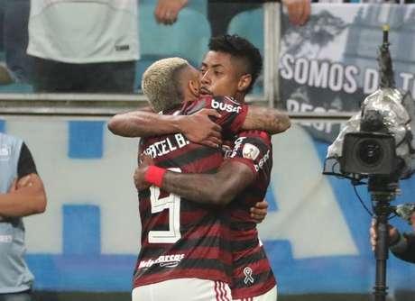 Bruno Henrique comemora seu gol com Gabriel.