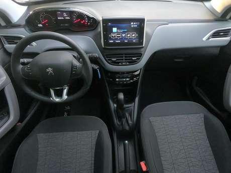 O Peugeot 208 Allure tem câmera de ré e volante revestido de couro
