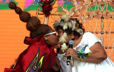 Gaby Amarantos beija Dona Onete durante apresentação do Pará Pop, formado por nomes como Dona Onete, Fafá de Belém, Gaby Amarantos e Jaloo, no Palco Sunset