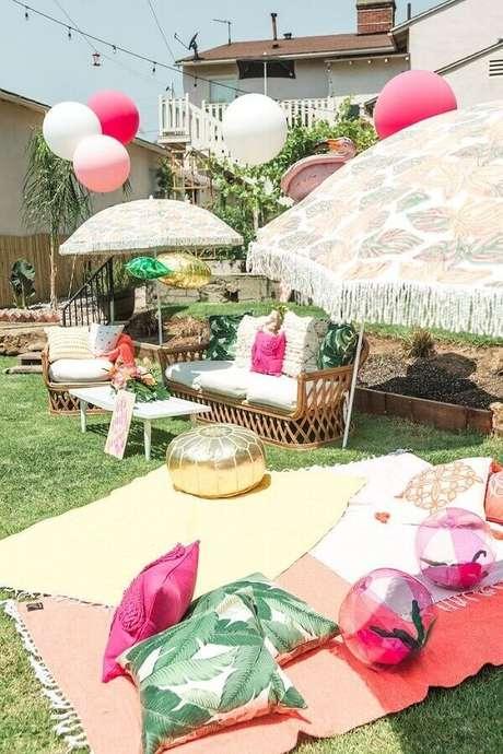 11. Decoração de piquenique com almofadas divertidas e balões coloridos – Foto: HappyShappy
