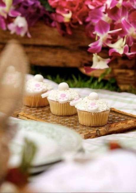 14. Aniversário piquenique com cupcakes personalizados – Foto: Assetproject
