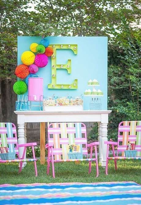 17. Invista em detalhes coloridos para deixar a festa piquenique mais alegre e divertida – Foto: Happy Wish Company
