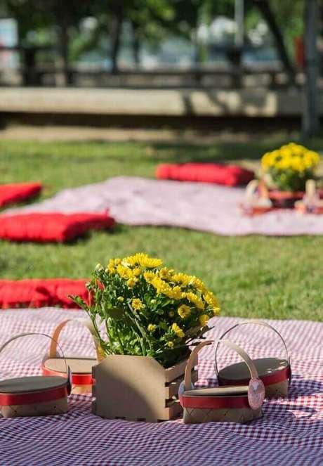 19. Invista em arranjo de flores para a decoração de piquenique – Foto: A Minha Festinha