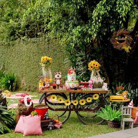 22. Linda decoração com arranjo de girassóis para festa piquenique – Foto: La Fête Festas Afetivas