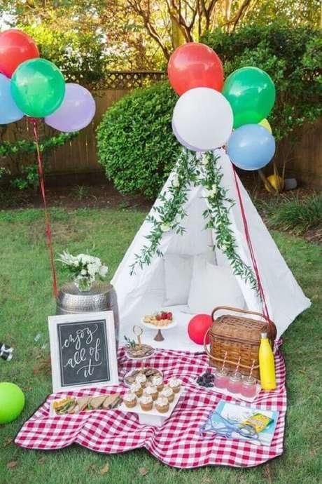 23. Ideia simples de decoração de piquenique com balões coloridos e pequena toalha xadrez vermelha – Foto: CoachDecor