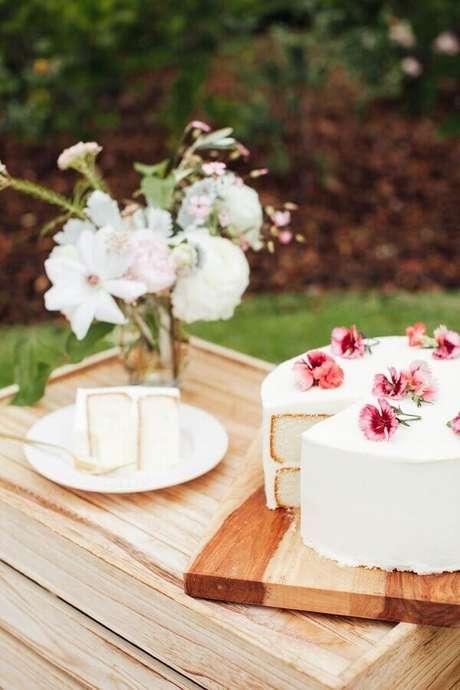 25. Bolo decorado com flores para piquenique romântico – Foto: Pinterest