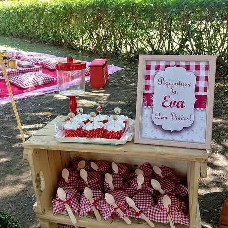 28. Caixote de madeira com lembrancinhas para festa piquenique decorada em tons de vermelho – Foto: Fernanda Sanchez