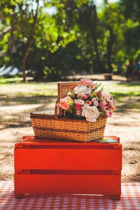 29. As flores podem dar um toque especial na sua decoração de piquenique romântico – Foto: Pinterest