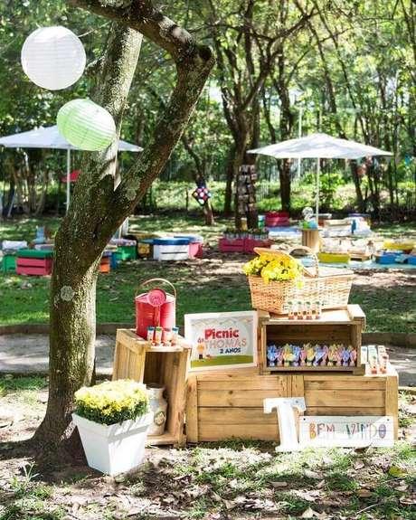30. Caixotes de madeira e cesto de vime para decoração de festa piquenique – Foto: Fani Luise Eventos