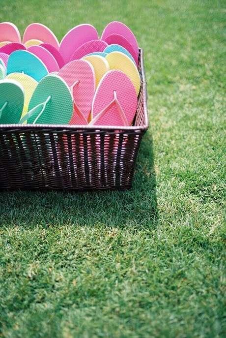 31. Cesta de piquenique com chinelos coloridos para os convidados – Foto: Assetproject