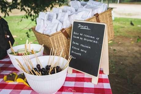 33. Cesta de piquenique com lembrancinhas e vasilhas com frutas para festa de picnic – Foto: Danny Alves Fotografias