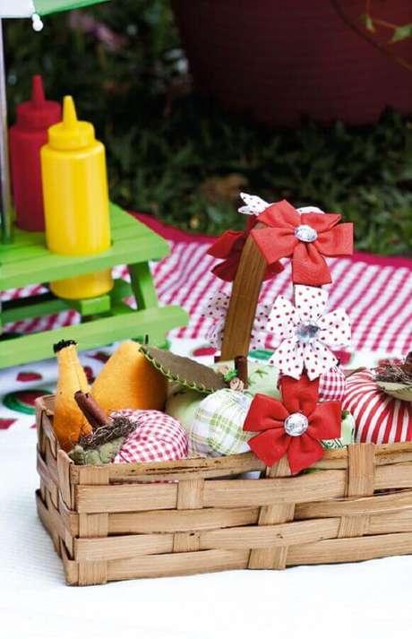 37. Leve uma cesta de piquenique cheia de frutas para a sua festa – Foto: Portal de Artesanato