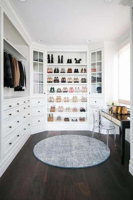 61. Closet branco com aparador e cadeira de acrílico – Por: Revista VD
