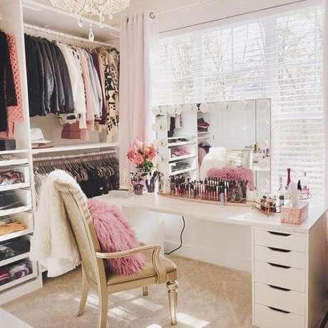 7. Closet feminino com penteadeira combinando com o ambiente – Por: Revista VD