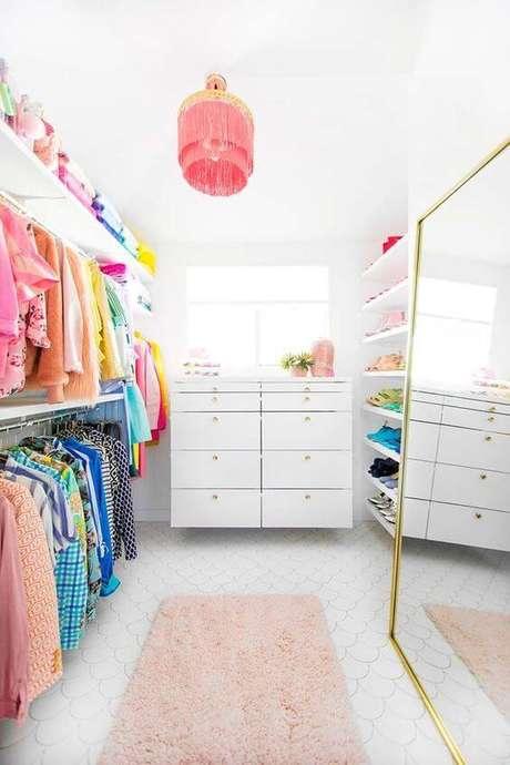 2. Closet feminino com espelho grande e decoração cor de rosa – Por: Revista VD