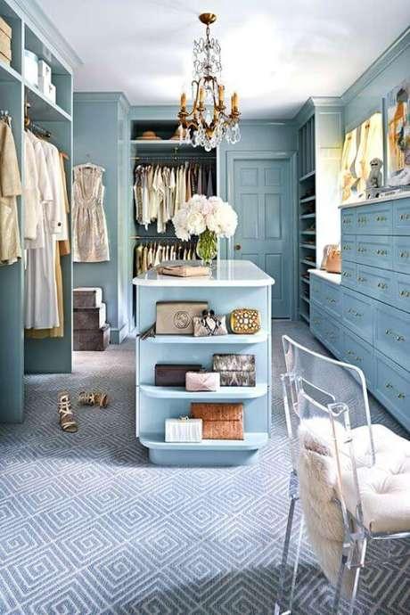 63. Closet feminino com móveis azuis – Por: REvista VD