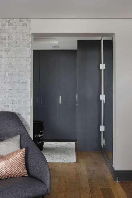 64. Closet feminino com armários cinza – Por: Sara Rollemberg