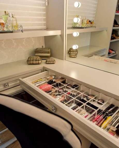 8. Penteadeira no closet feminino planejado – Por: Espaço do Traço