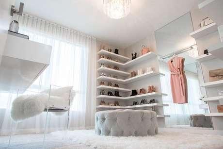 9. Closet feminino com puff em capitone de veludo e tapete de pelinho claro – Por: Revista VD