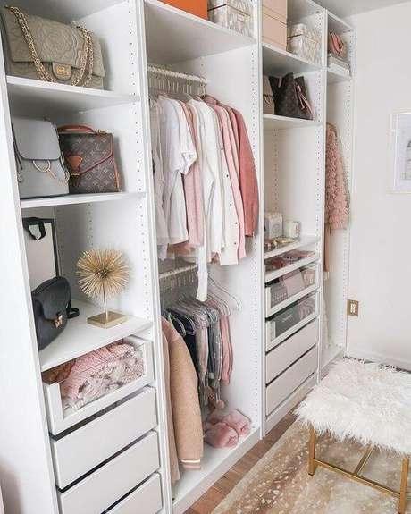10. Closet feminino com banco de pelinhos branco e armário organizado – Por: Revista VD