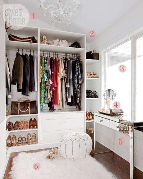 11. Closet feminino pequeno com aparador espelhado em destaque – Por: Style at home