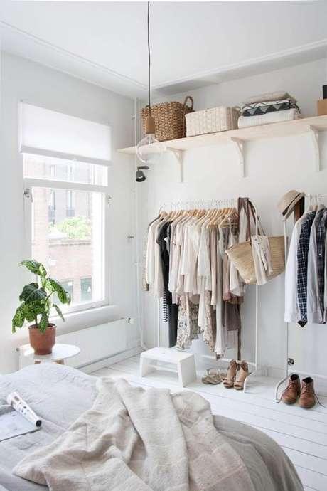 13. Closet feminino simples com araras e prateleiras – Por: Casa Vogue