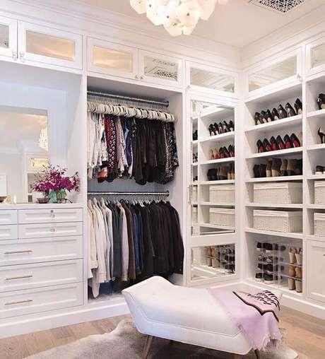 14. Closet feminino com chaise e roupas organizadas – Por: Pinterest