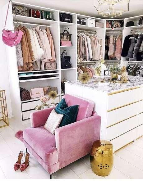 18. Closet feminino branco com poltrona colorida – Por: Pinterest