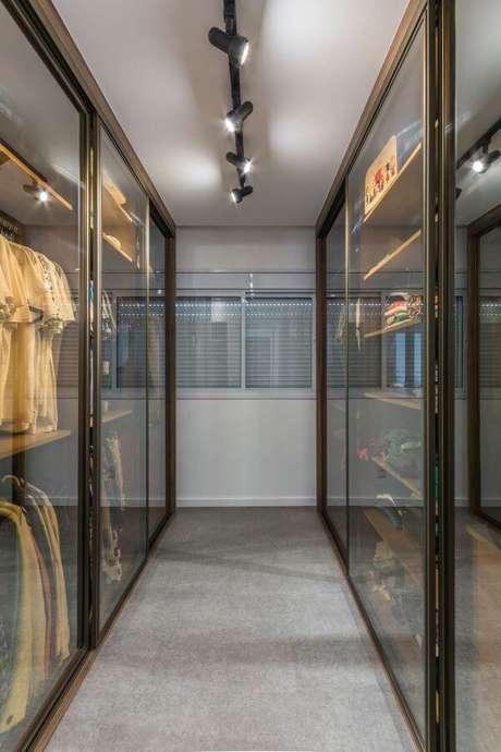 19. Closet feminino com portas de vidro de correr para organizar o ambiente – Por: Idealizare