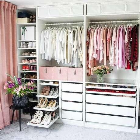 6. Closet feminino branco com decoração em tons de rosa – Por: Pinterest