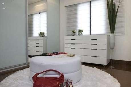 22. Closet feminino branco com espelho grande e puff branco – Por: Sandra Sanches