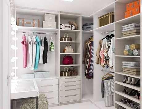 23. Closet feminino simples e bem organizado com penteadeira iluminada – Por: Tua Casa