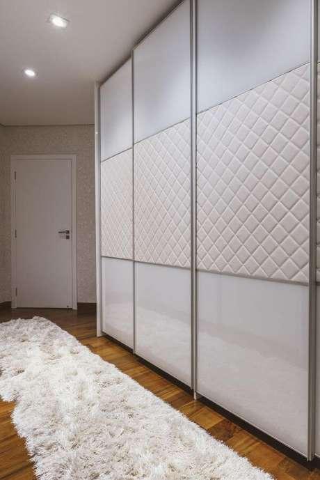 24. Detalhes do closet feminino com portas de correr – Por: Daniela Gradella