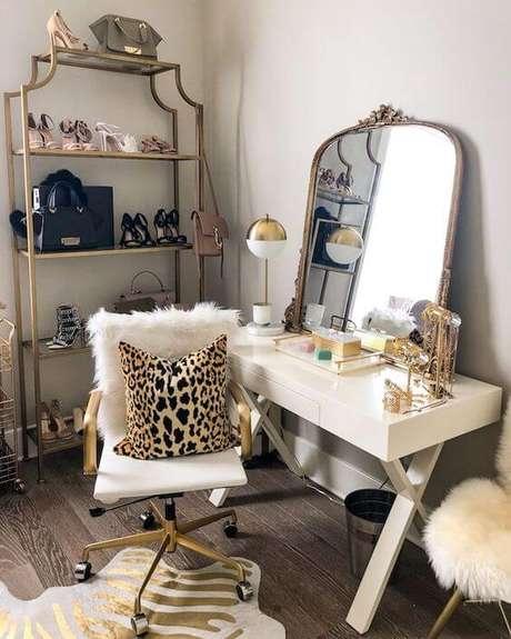 26. Closet feminino com detalhes em dourado e almofada de onça – Por: Pinterest