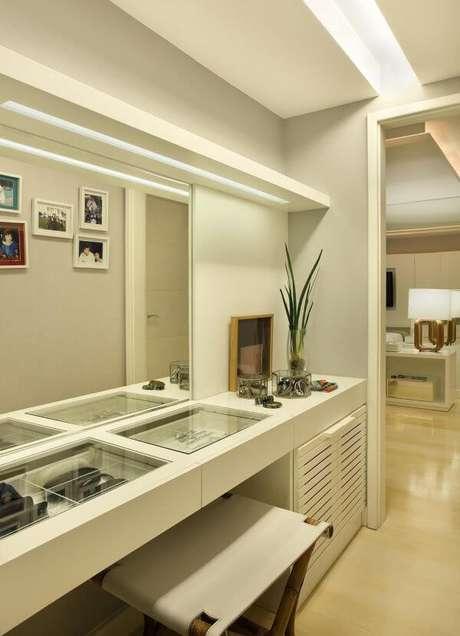 27. Closet feminino em ambiente compartilhado e espelho amplo – Por: Roberta Devista