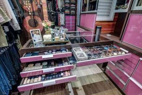 28. Closet feminino com gavetas para guardar maquiagens e acessórios – Por: Andrea Bento