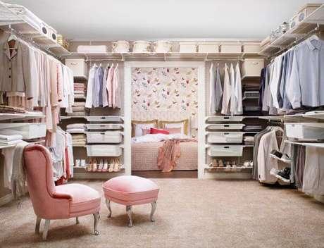 29. Closet feminino grande planejado com poltronas – Por: Muebles