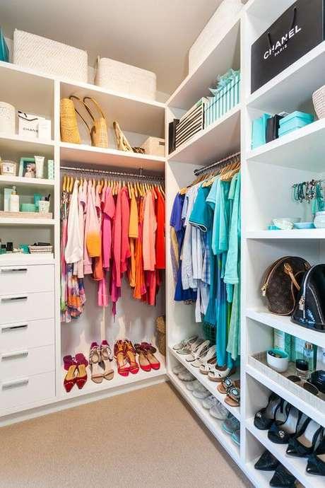 30. Closet feminino organizado por cores – Por: OdeCasal