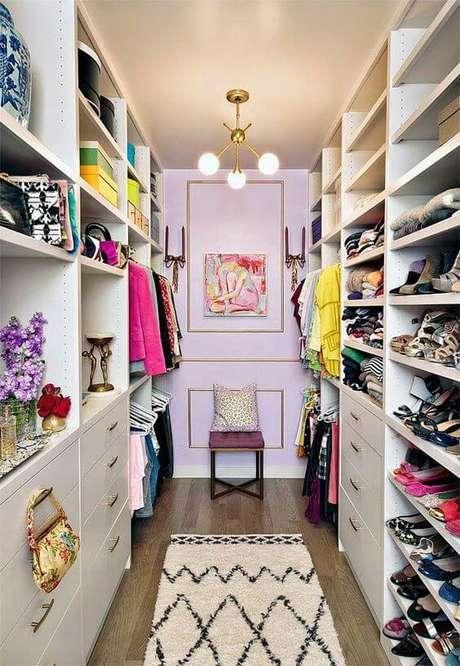 31. Closet feminino com lustre e detalhes decorativos lindos – Por: Pinterest