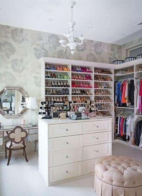 5. Closet feminino planejado com sapateira organizada – Por: Pinterest