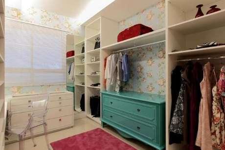 32. Closet feminino com papel de parede combinando com a cômoda tiffany – Por: Rodrigo Fonseca