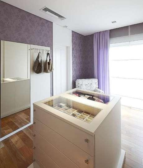 33. Closet feminino com papel de parede roxo – Por: Patricia Covolo
