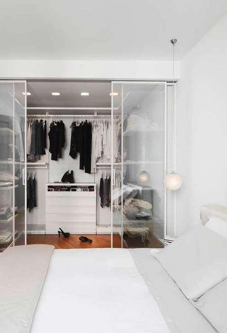 34. Closet feminino para quarto com porta de correr fumê – Por: Pinterest
