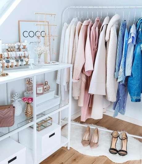 35. Closet feminino simples para quarto pequeno – Por: Pinterest