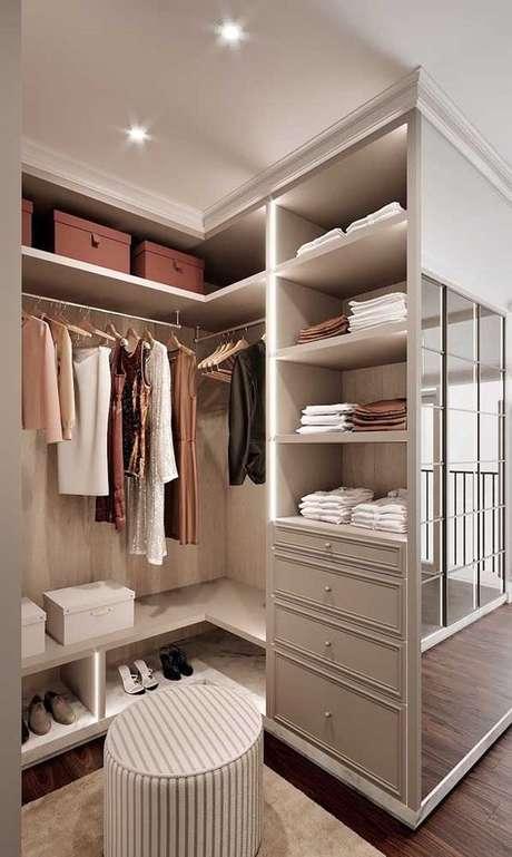 36. Closet feminino pequeno para quarto – Por: Pinterest