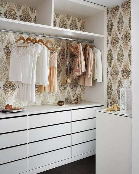 38. Faça uma linda decoração no seu closet feminino para organizar suas roupas – Por: Decoration