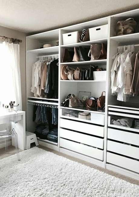 39. Closet feminino planejado no quarto pequeno – Por: Blog Amar