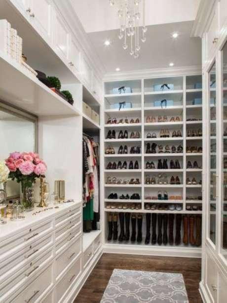 40. O closet feminino é uma boa opção para organizar os sapatos – Por: Conexão Decor