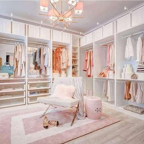 1. Closet feminino planejado com poltrona fashion – Por: Pinterest